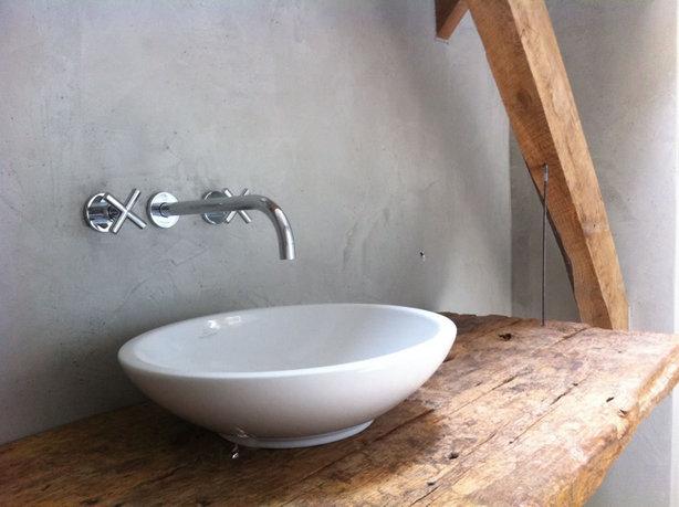 Bad Voor In De Badkamer ~ Badkamer met betonstuc wand en ruw houten blad De kraan uit de muur